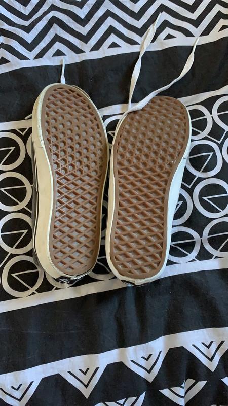 Chaussure vans, souvent porté, semelle intérieure qui ce décolle, semelle extérieure également