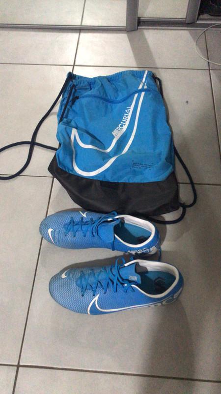 Crampon et sac mercurial Nike bleu et blanc