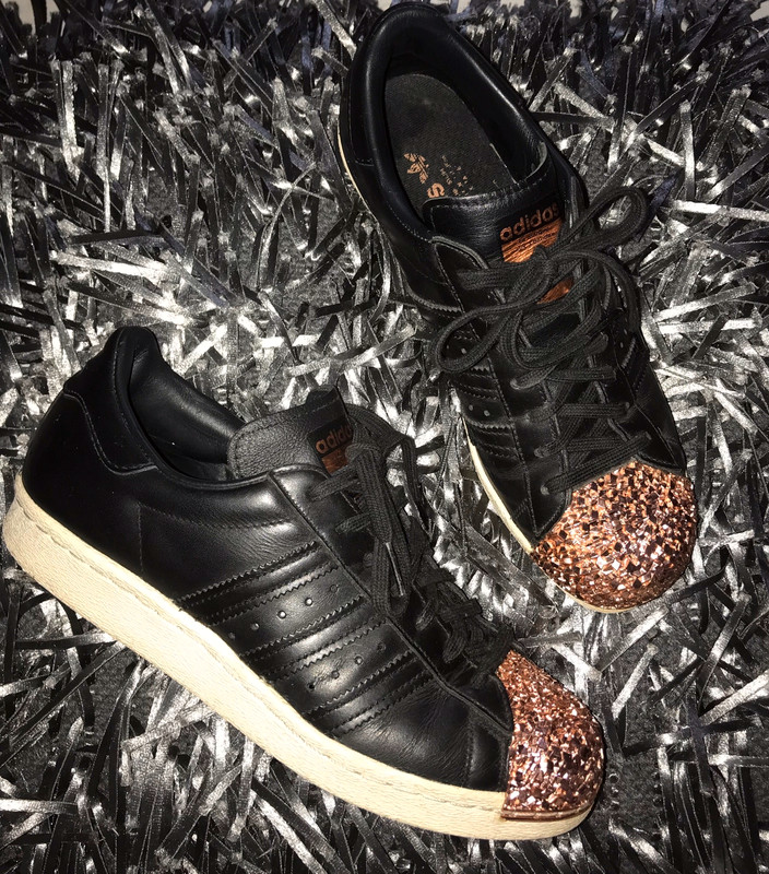 Basket Superstar Adidas cuir noir, bout rose gold.