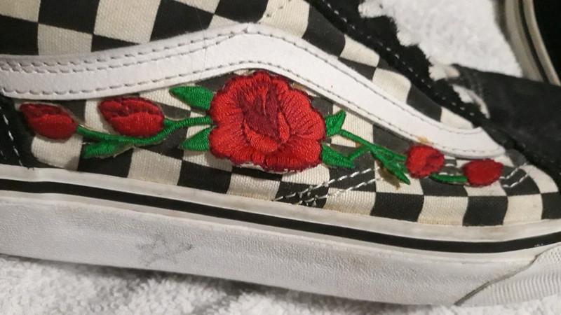 Vans old skool checkerboard noir et blanc avec custom roses brodées